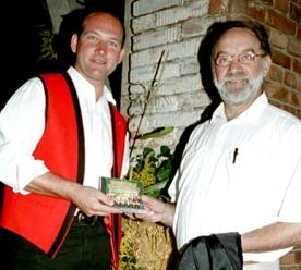 Radiomoderator Dr. Franz Gumpenberger (re.) wurde bereits zum Stamm-Moderator der Machland Musikanten und führte auch durch das Programm der Benefizgala in Perg.